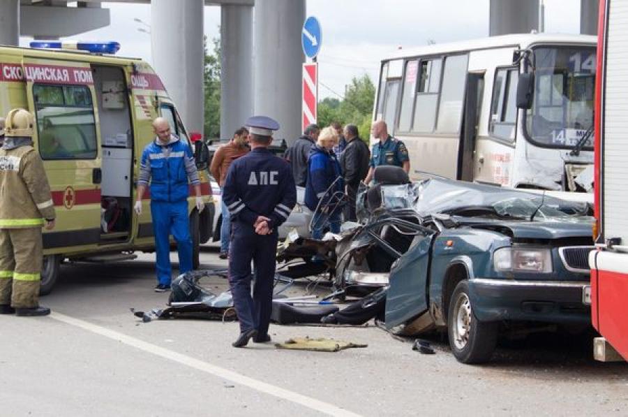 На Мигаловской развязке «Волга» столкнулась с маршруткой: легковушку разорвало пополам, 1 человек погиб