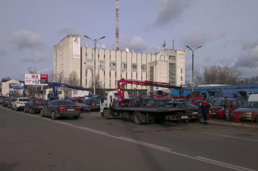 У Центрального рынка эвакуировали автомобили из-под запрещающих стоянку знаков