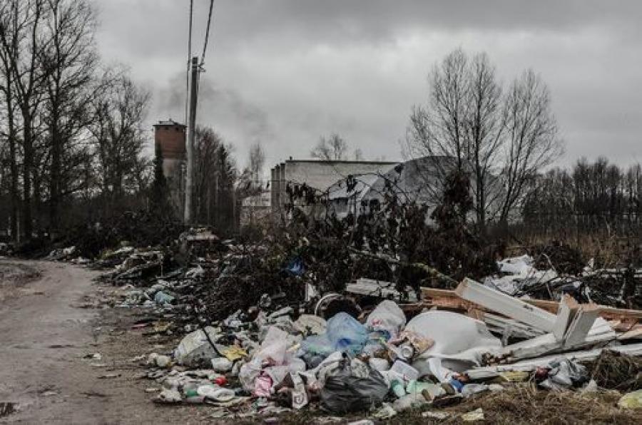 На многих улицах Ржева мусор по-прежнему остается неубранным