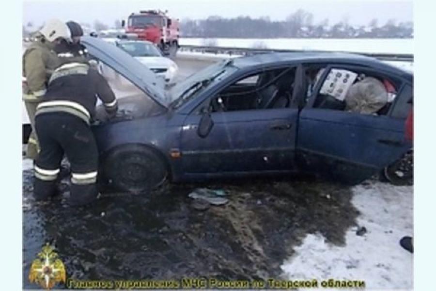 В Вышнем Волочке автомобиль вылетел в кювет, есть пострадавшие