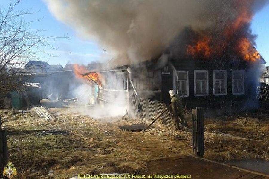 На пожаре в Спирове пострадали люди