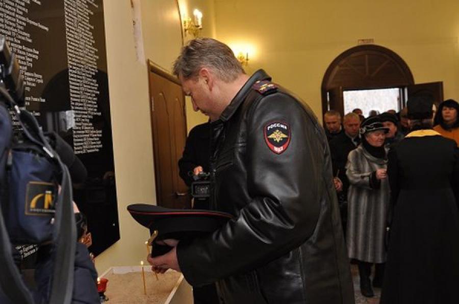 Имена погибших сотрудников органов внутренних дел увековечили на мемориальной плите