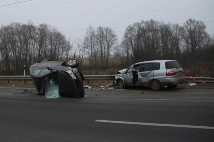В лобовом столкновении легковушки и микроавтобуса погиб человек и пострадали еще двое