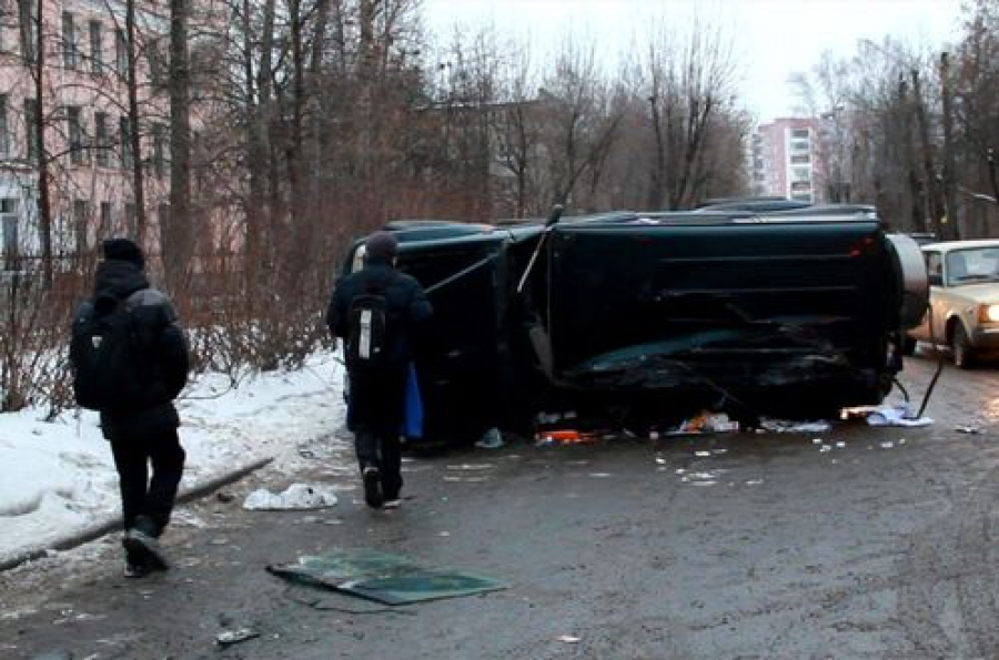 В Твери внедорожник выехал на «красный» и столкнулся с микроавтобусом: 3 человека пострадали