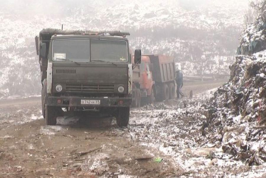 В Твери на городской свалке борются с очагами тления и задымлением