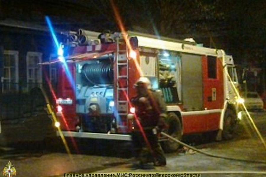 В Торжке сгорел сарай с автомобилем