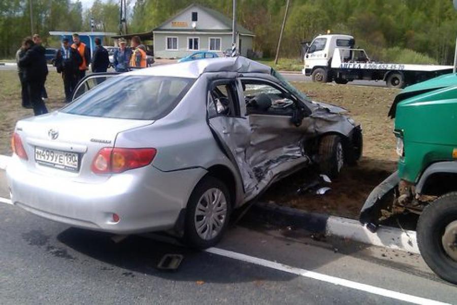 В ДТП на трассе М-9 погиб мужчина и чудом выжил его 5-летний ребенок, ехавший в машине на руках у отца