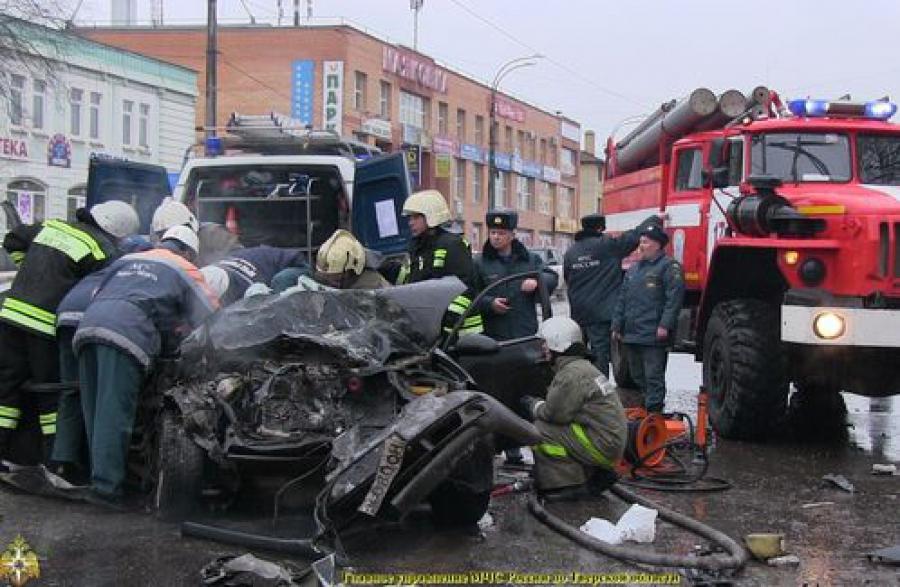 Двух человек вытащили из покореженной машины тверские спасатели