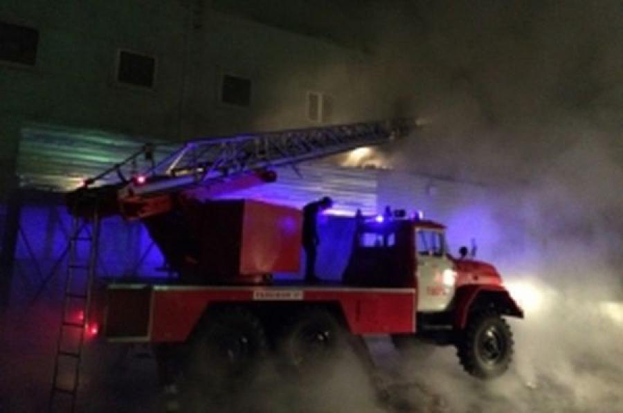 На месте пожара в торговом центре в Твери ведется проливка и разборка конструкций