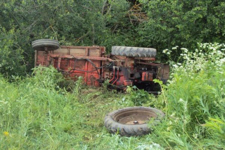 В кюветы опрокинулись трактор и легковушка. В обоих случаях погибли люди