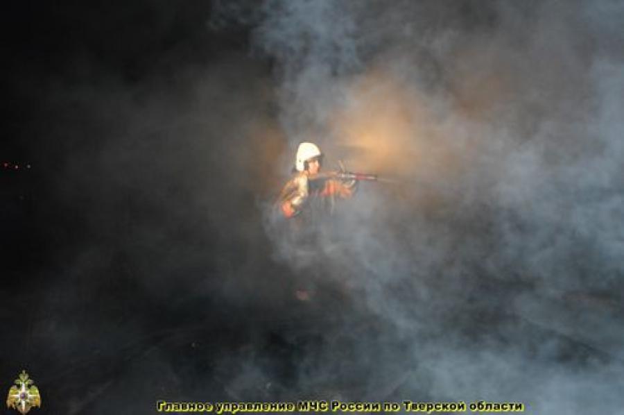 Торжокские пожарные спасли от огня частный сектор