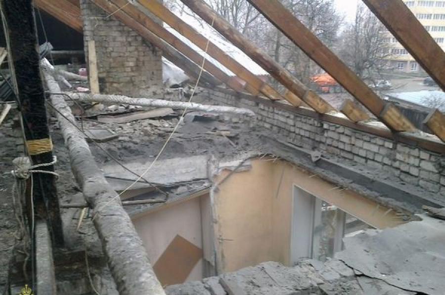 Жильцы дома с рухнувшей кровлей возвращаются в свои квартиры