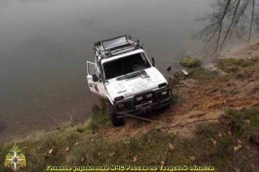 Обстоятельства гибели троих мужчин, утонувших в автомобиле, выясняют следователи