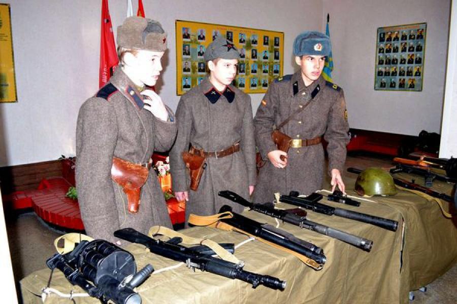 В тверской войсковой части будущим солдатам показали боевую технику и дали каши