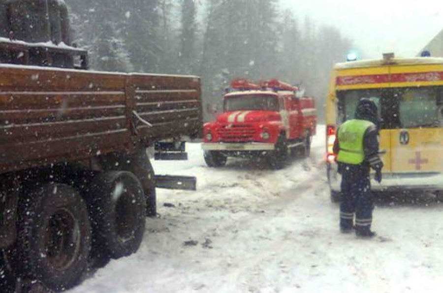 Два грузовика столкнулись на трассе в Торжокском районе