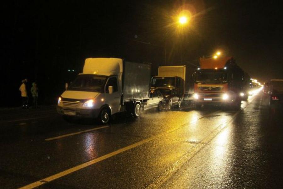 На трассе М-10 столкнулись пять автомобилей: один человек пострадал