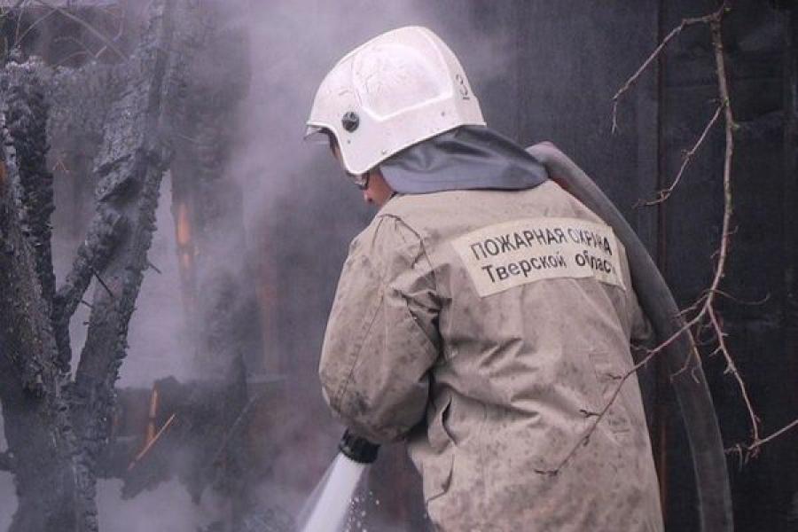 В Тверской области дотла сгорели хозпостройка и баня