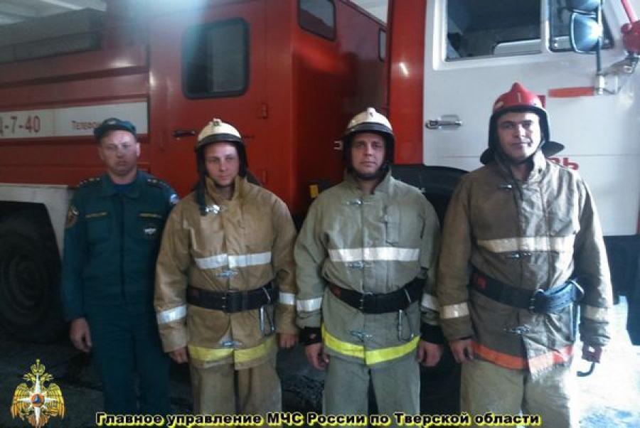 Тверские пожарные вывели из огня двух человек