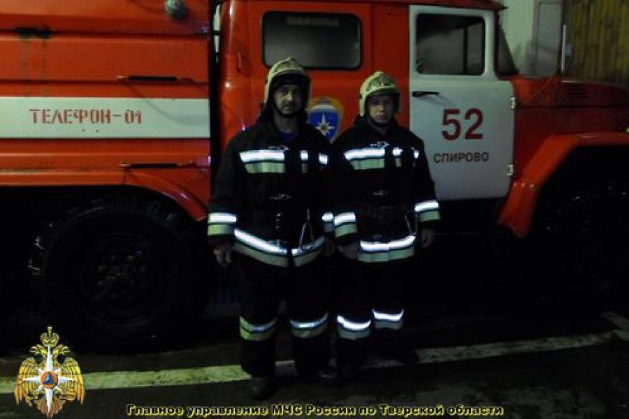 Спировские пожарные спасли женщину и ребенка из горящей квартиры, где погибли три человека