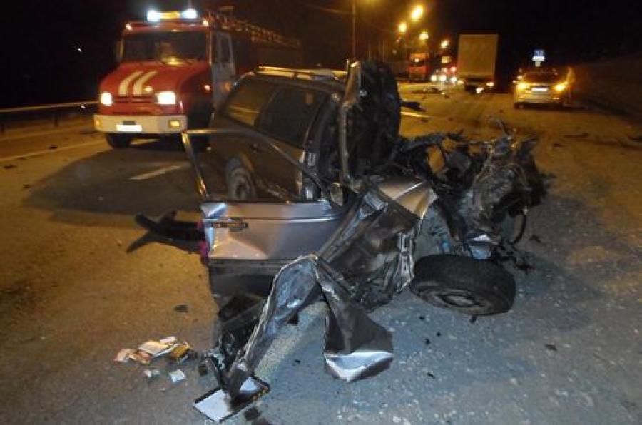 При лобовом столкновении легковушки и грузовика погибли 2 человека