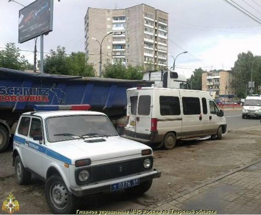В Твери столкнулись автотрейлер и микроавтобус