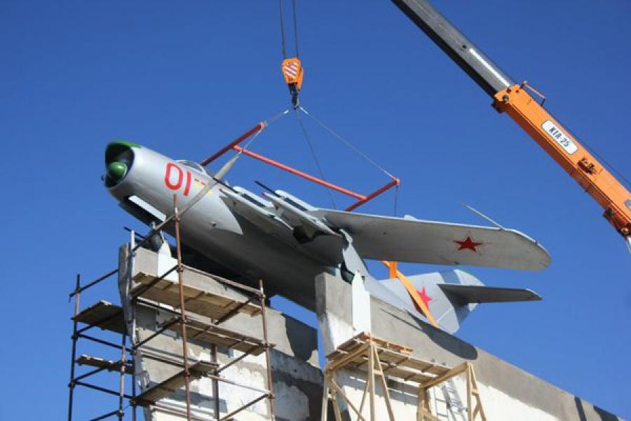 Ржевский самолет-памятник вернулся на свое историческое место