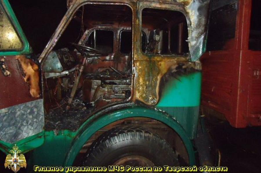 В Западной Двине сожгли автомобиль в гараже