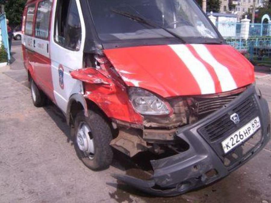 Два ребенка пострадали при столкновении машины с деревом
