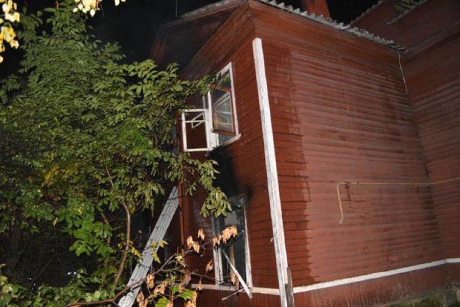 В Твери тушили пожар в двухэтажном жилом доме
