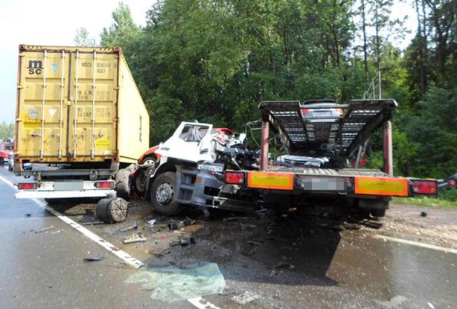 На трассе М-10 в сильный дождь столкнулись контейнеровоз и автовоз, погибли люди