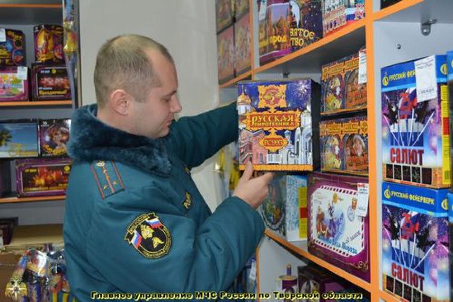 Перед Новым годом МЧС проверяет продавцов пиротехники