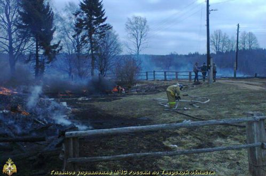 В Тверской области вместе с травой сгорают дома