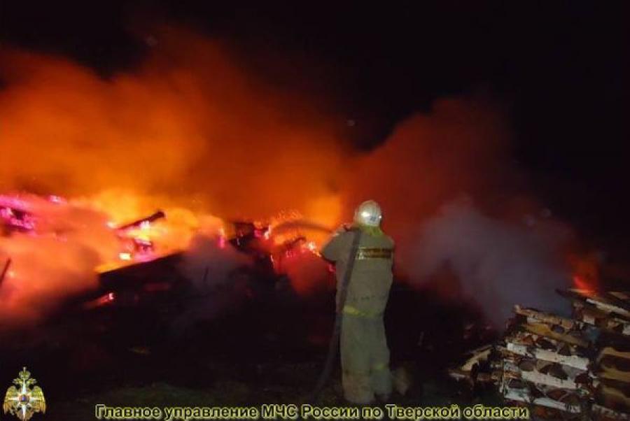 В Твери ночью сгорели дом и баня