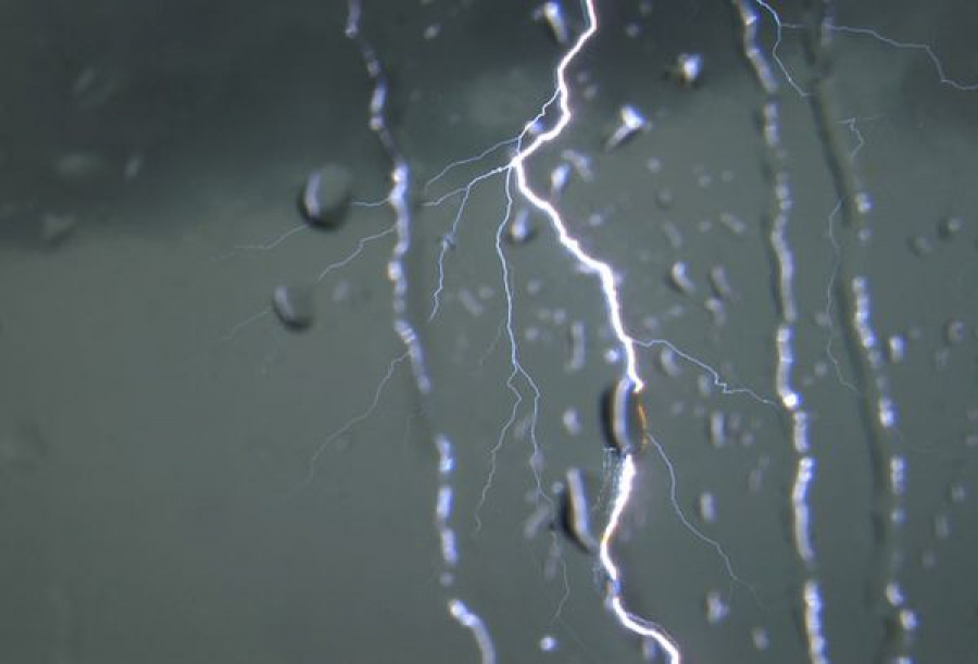 Гроза и сильный ветер: объявлено экстренное предупреждение