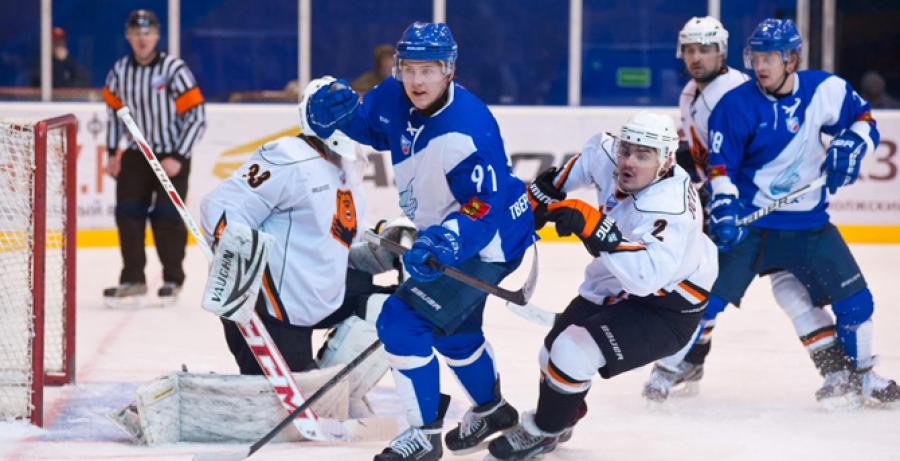 Лучший центральный нападающий Высшей хоккейной лиги остается в ТХК