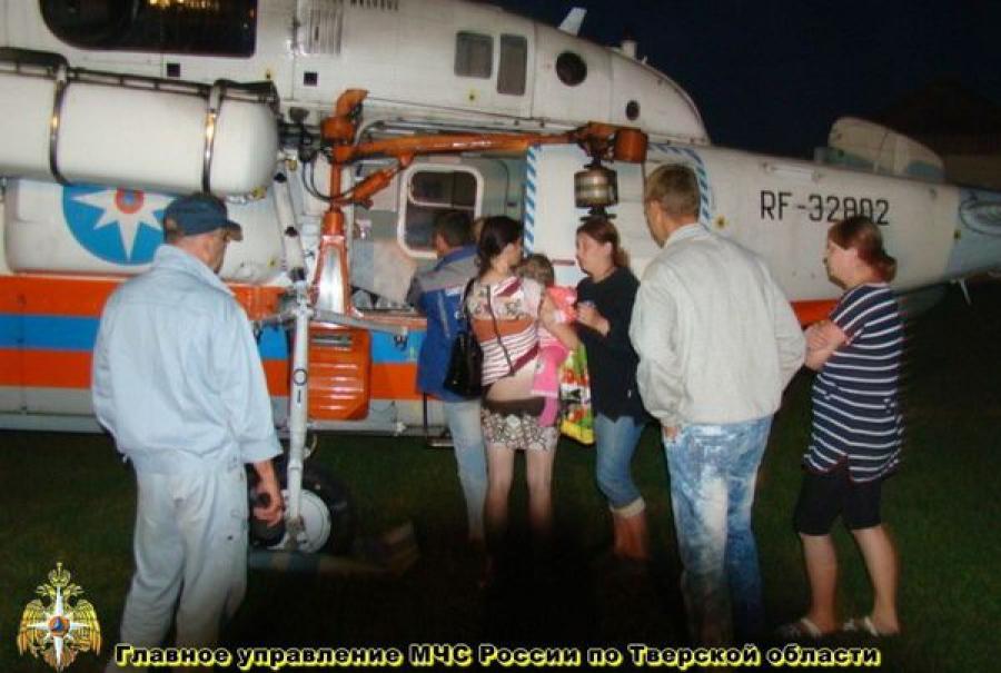 Девочки-близняшки, выпавшие из окна, на вертолете доставлены в детскую областную больницу