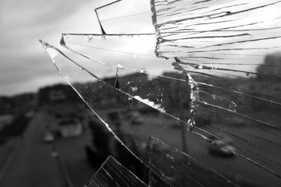 Буяна, бившего головой стекла и кидавшегося осколками в полицейского, будут лечить