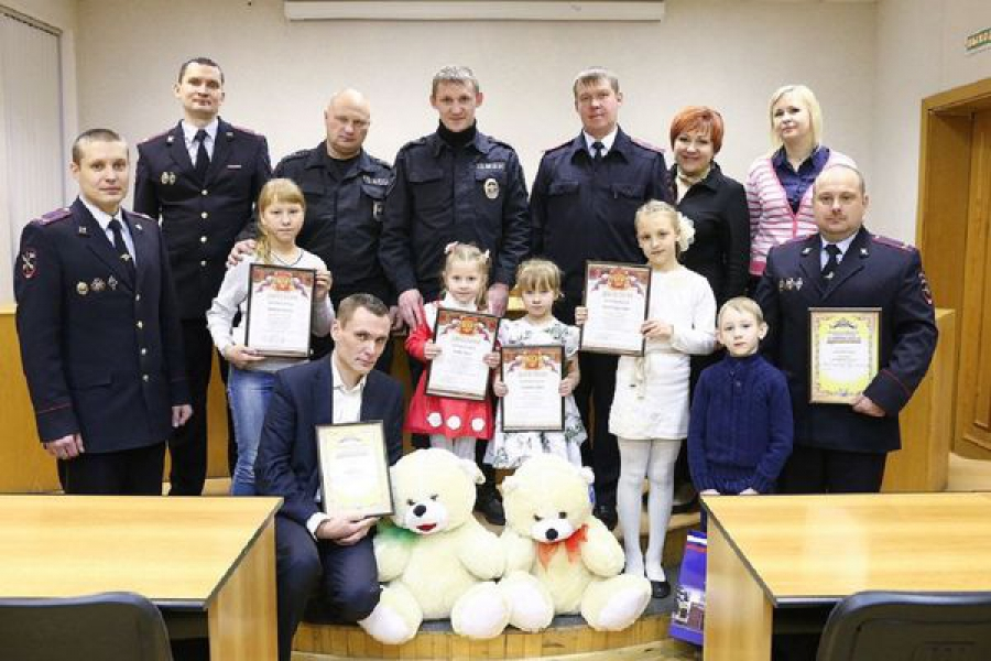 Победителей конкурса детского рисунка и фотоконкурса наградили в региональном УМВД