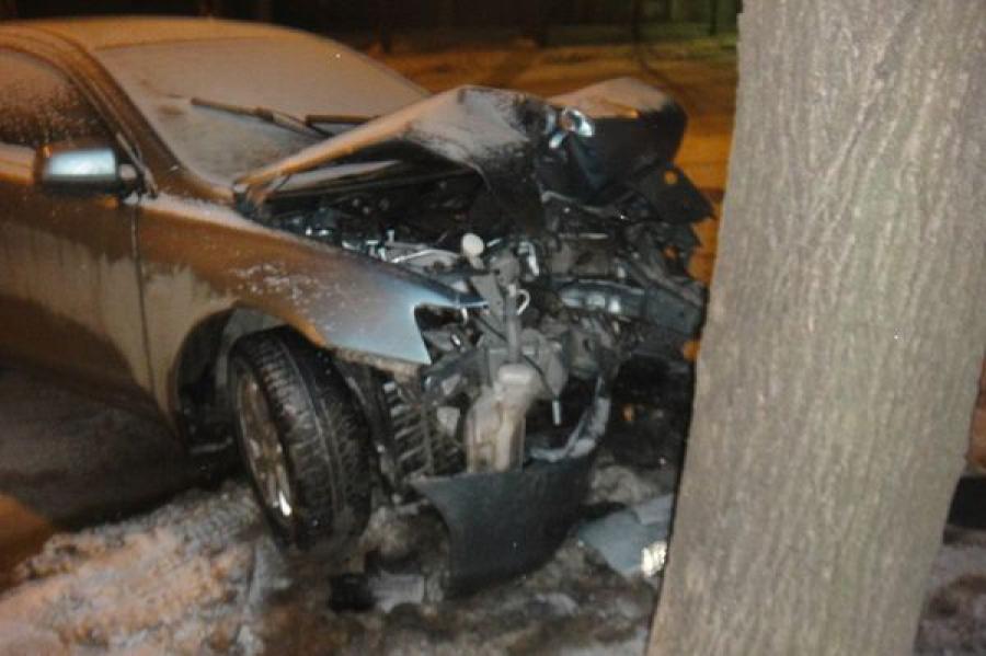 Объезжая люк, водитель врезался в дерево
