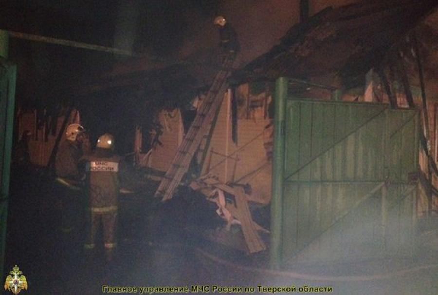 Пожар в доме в Калининском районе тушили около четырех часов