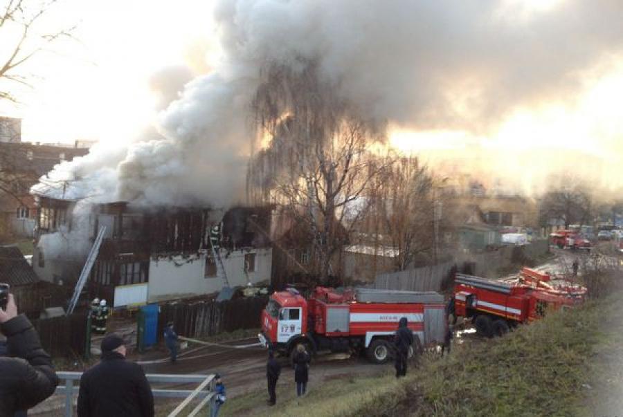 В Твери два с половиной часа тушили пожар в доме на набережной Тверцы