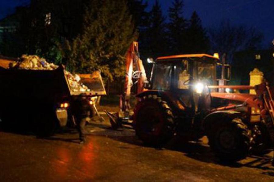 В Ржеве неизвестные свалили около администрации кучу мусора