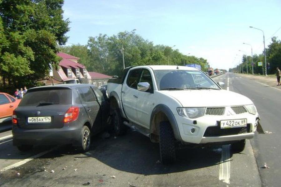 На трассе М-10 «Россия» столкнулись три автомобиля, погиб человек