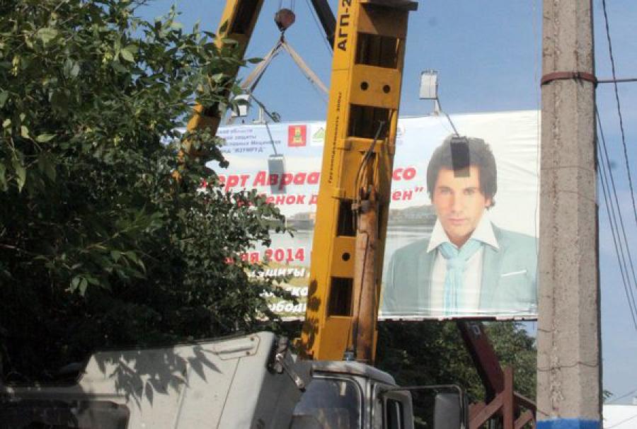 С набережной Афанасия Никитина убрали рекламный щит, эксплуатировавшийся без разрешения с 2012 года