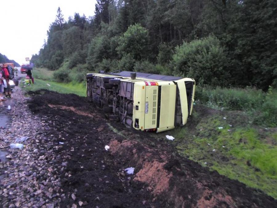 В Тверской области перевернулся автобус