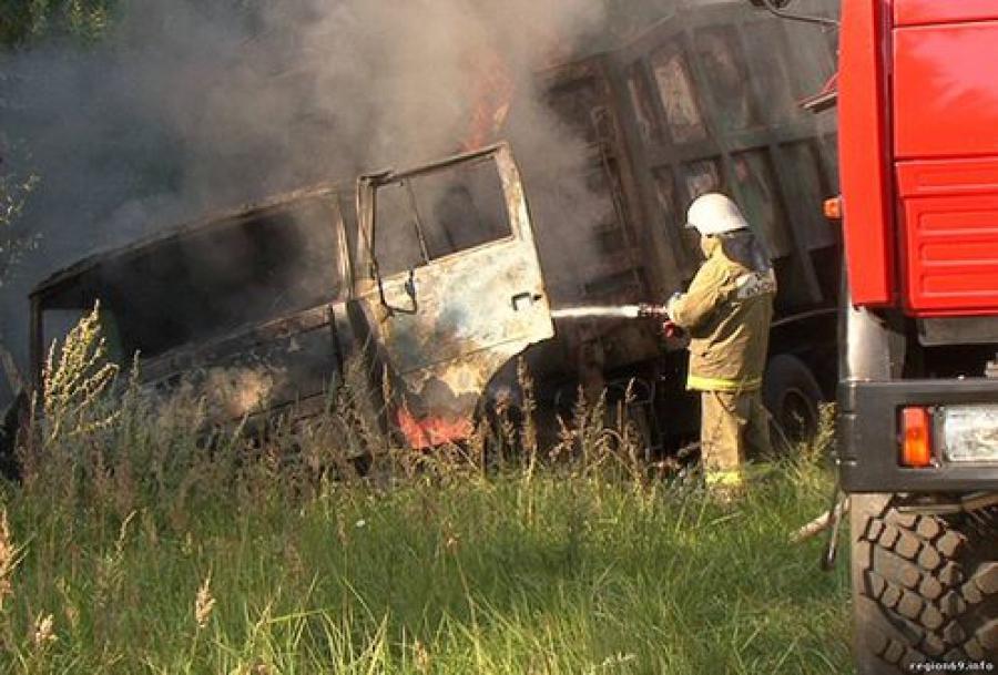 Водитель горящего мусоровоза увел машину с дороги в кювет