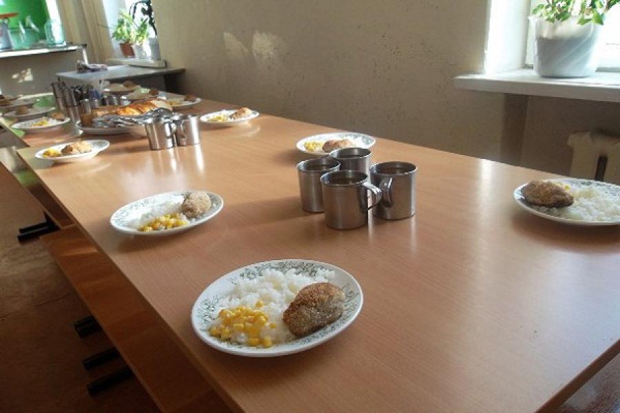 В Нелидовском районе прокуратура проверила организацию питания детей в школе и детских садах