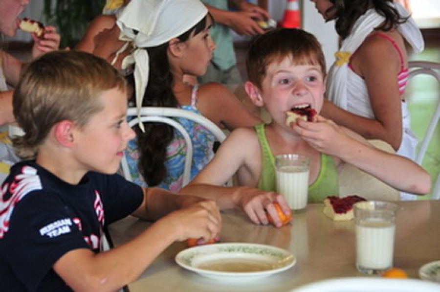 За питанием детей в летних лагерях региона должны установить строжайший контроль
