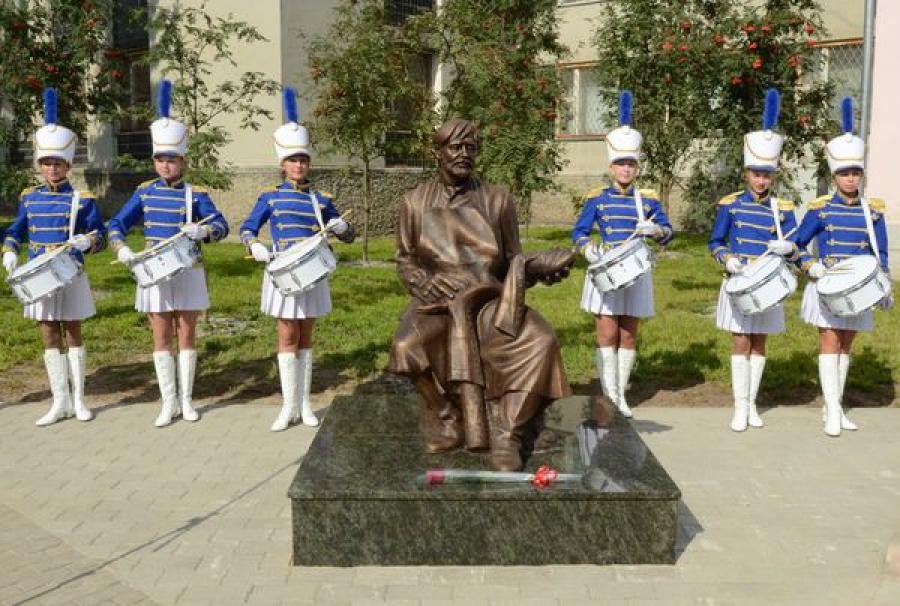 В Кимрах появился памятник сапожнику, средства на установку которого собирали «всем миром»