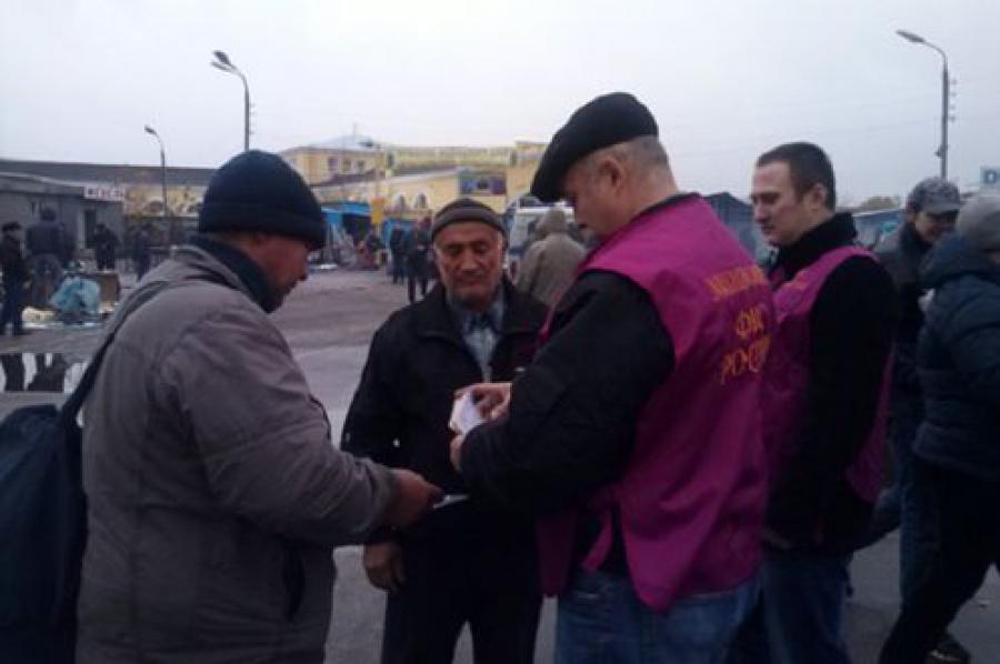 Сотрудники миграционной службы проверили продавцов и покупателей на Центральном рынке Твери